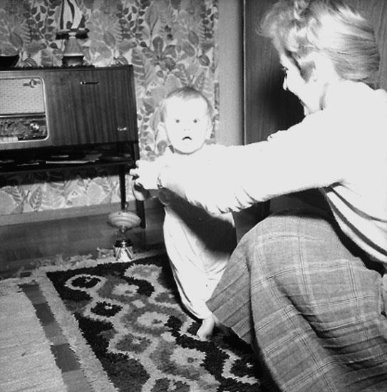Rumsinteriör, en kvinna och ett litet barn.Sjunnesson