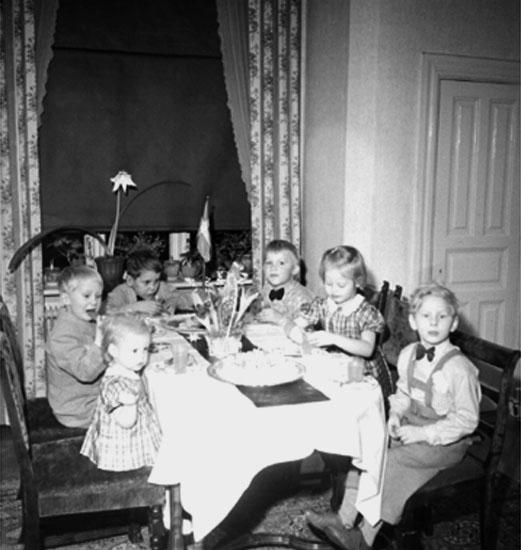 Rumsinteriör, grupp sex barn vid bordet.Lennart Larssons 5-årskalas.