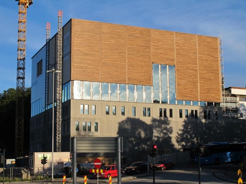 Kuben, ny museums- og arkivbygning på Langsæ under bygging. Sett fra Langsækrysset. Byggekran t.v. Kveldsbelysning.