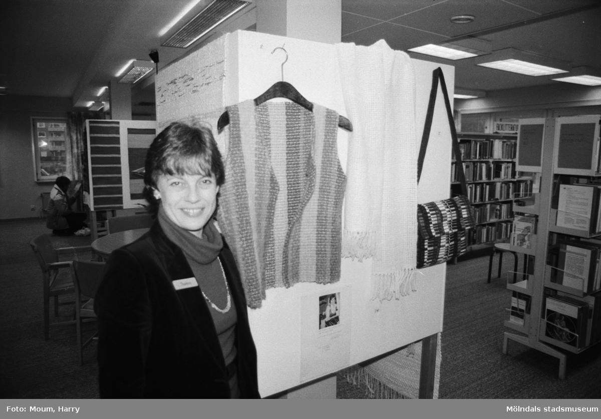 """Textilkonstnärinnan Barbro Andersson ställer ut vävnader i Kållereds bibliotek, år 1983. """"Barbro Andersson visar sina vävnader i Kållered.""""  För mer information om bilden se under tilläggsinformation."""