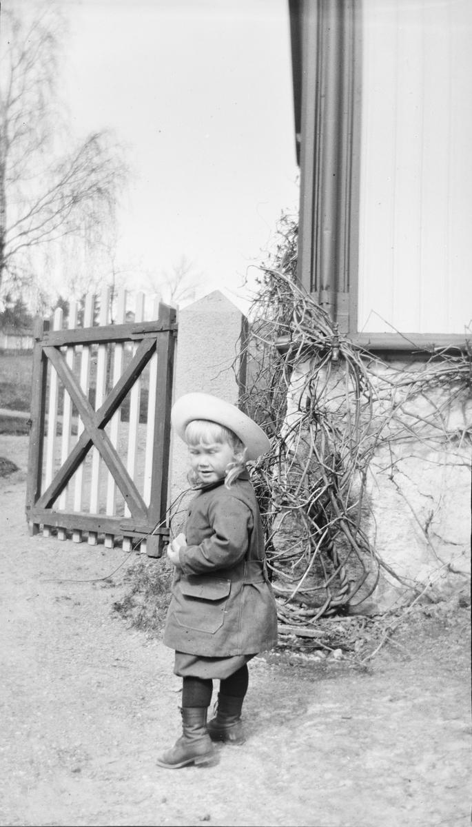Iacob Ihlen Mathiesen står ved et hushjørne.