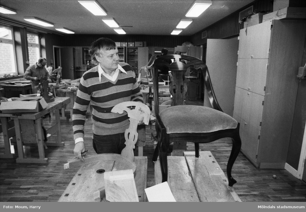 """Kurs i lindomesnickeri i Sinntorpsskolans slöjdsal i Lindome, år 1983. """"John Erik Sjögren beundrar Lindomestilens lyster och elegans.""""  För mer information om bilden se under tilläggsinformation."""