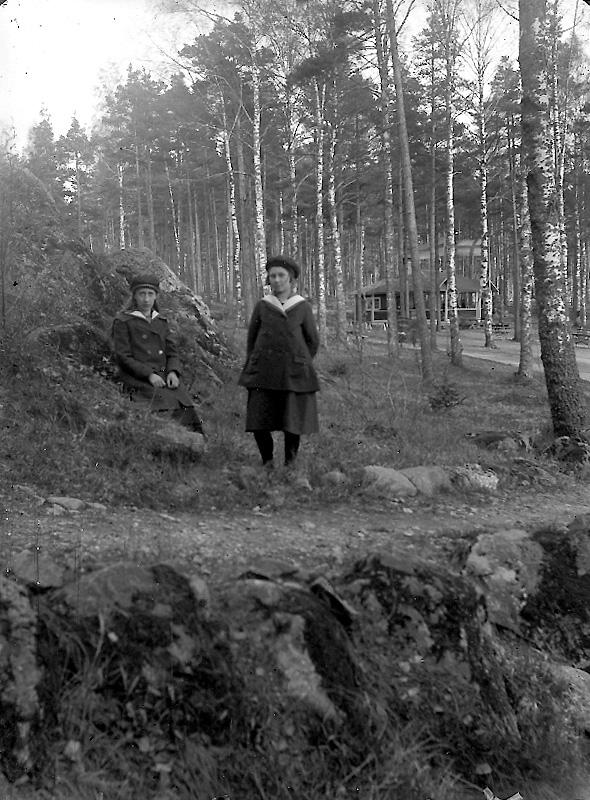 Två flickor.Kerstin Pettersson (givarens faster).Troligtvis Kyrkberget.