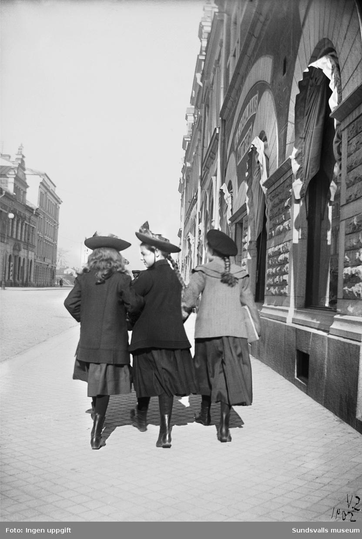 Tre flickor på promenad på Storgatan västerut. A. G. Dahlmans mattaffär t h.