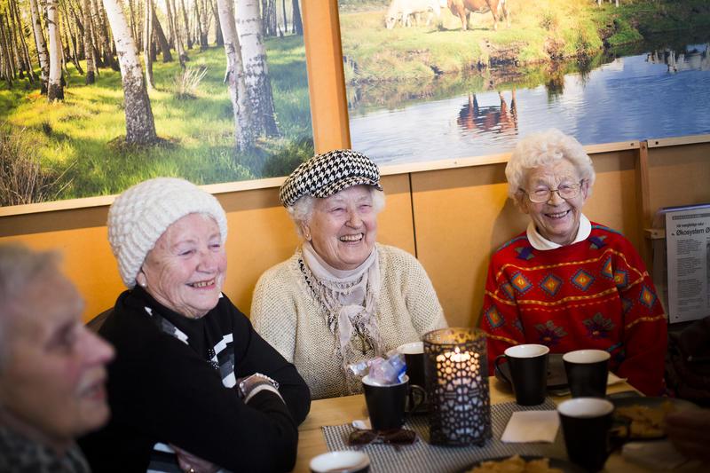 Foto av eldre mennesker som drikker kaffe (Foto/Photo)
