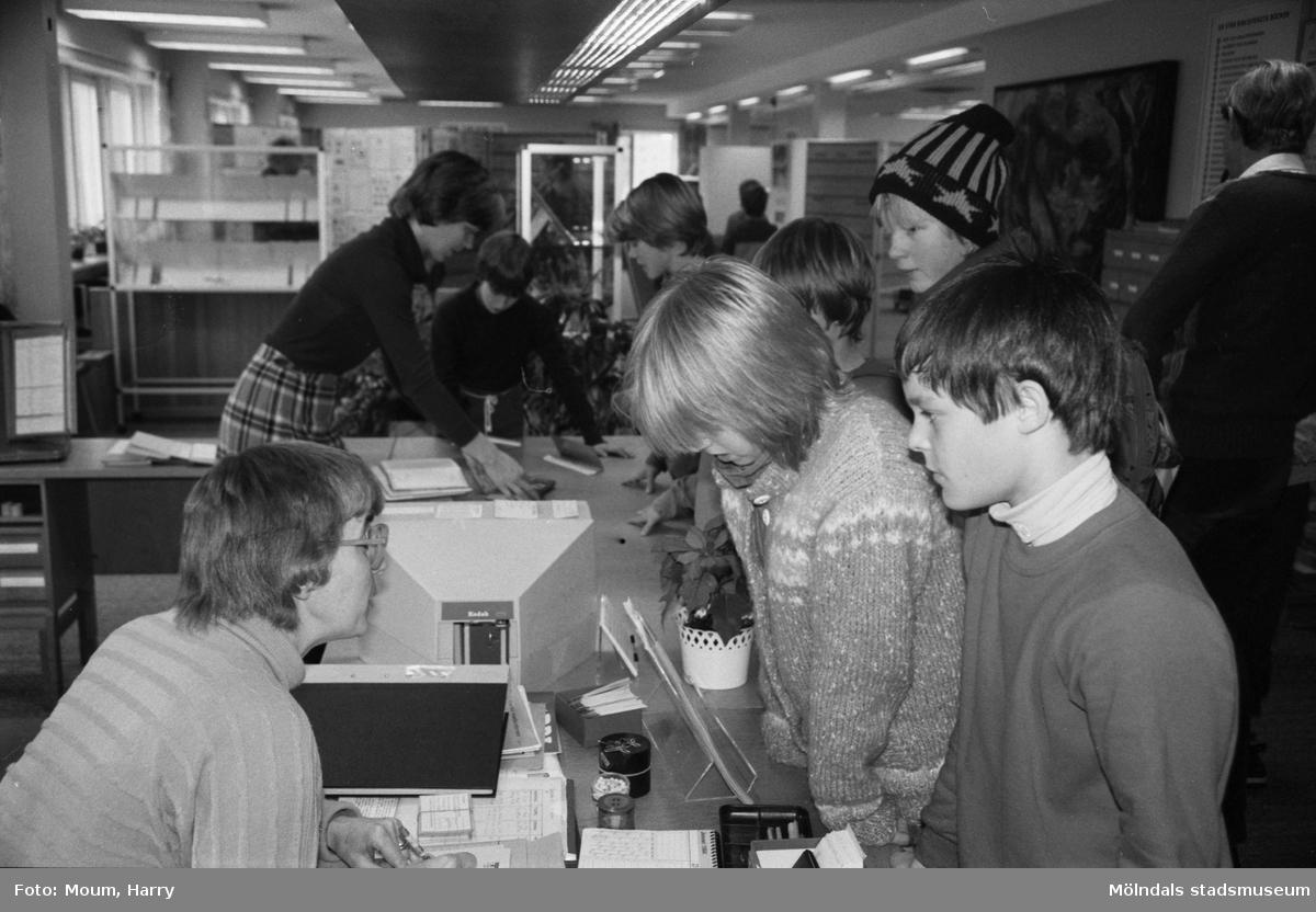 """Verksamhet på Kållereds bibliotek, år 1984. """"Nio volymer per år och innevånare är siffror man redovisar på biblioteket i Kållered.""""  För mer information om bilden se under tilläggsinformation."""