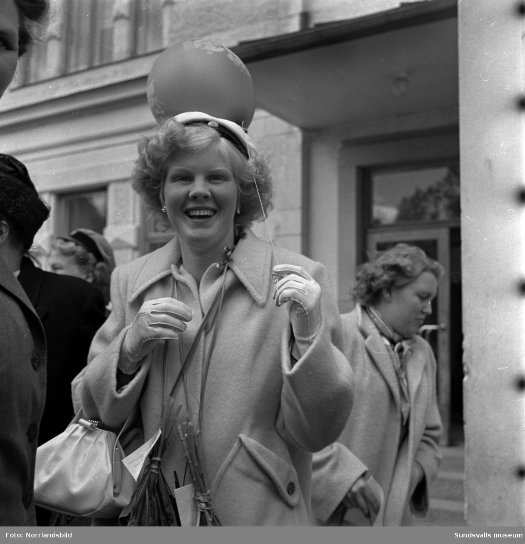 1950 års handelsstudenter på trappan utanför handelsgymnasiet samt i en parad med blåsorkester, bilar och hästdroskor ner mot stan och utmed Köpmangatan.