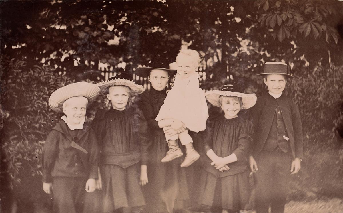 Christensenbarna, fra venstre: Haaken, Minnie (Emilie), Anna, Mogens, Eva og Arne Christensen.