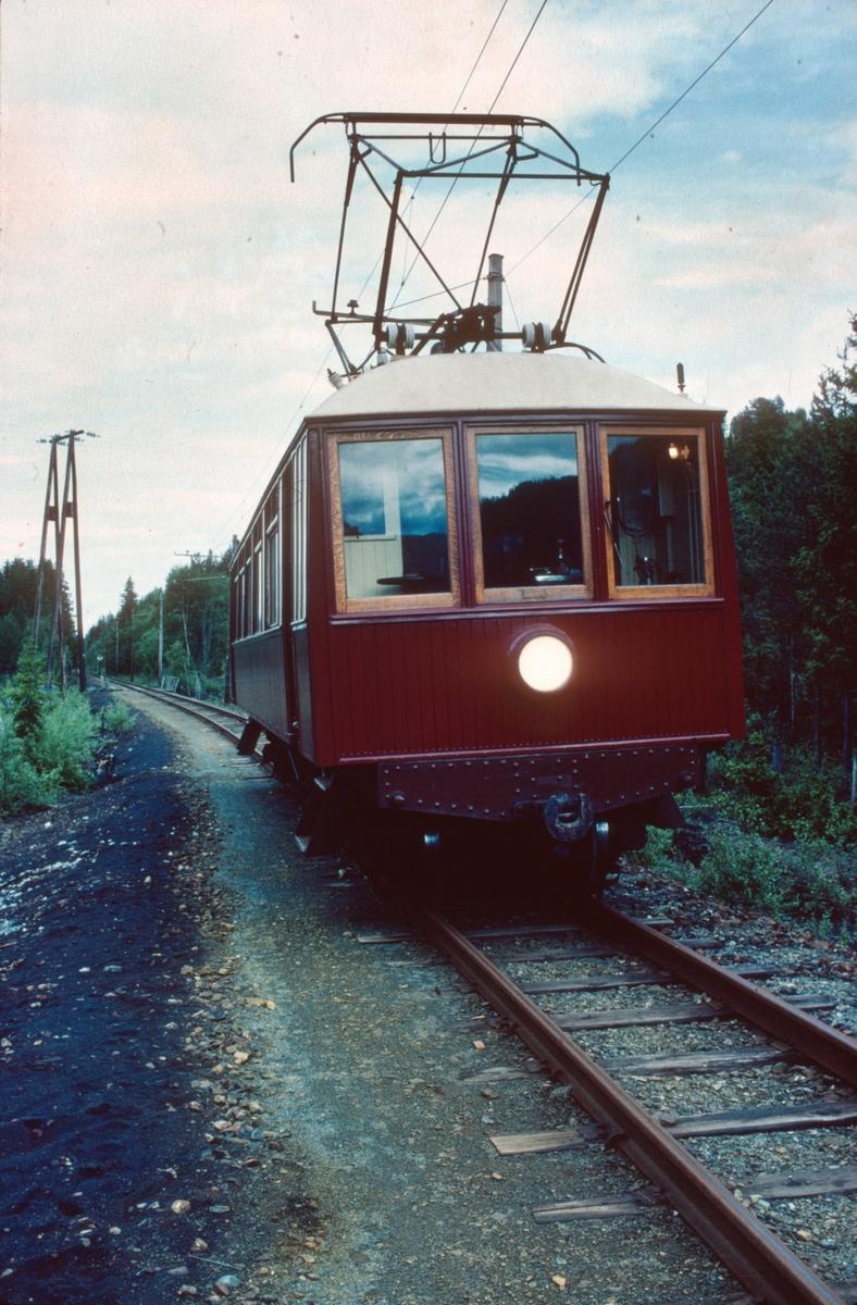 Kongevogna til Salvesen & Thams under prøvekjøring og opplæring (av fotografen) i forbindelse med oppstart av ny museumsjernbane.
