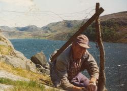 Ola B. Tjåland set opp nettgjerde på .....?.....  vatnet i b