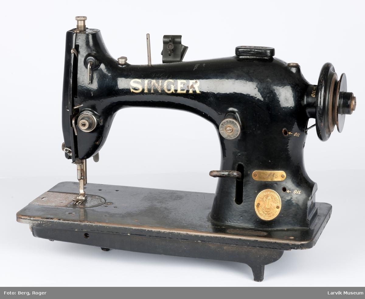 Serienr. EE469967, messingplate med ant. type nr.95K43, punkter for påfylling av olje, OIL skrevet i gull, bak og front står det SINGER, oppå: The Singer manufactoring no. all skrift gullfarvet, det er en bordmaskin