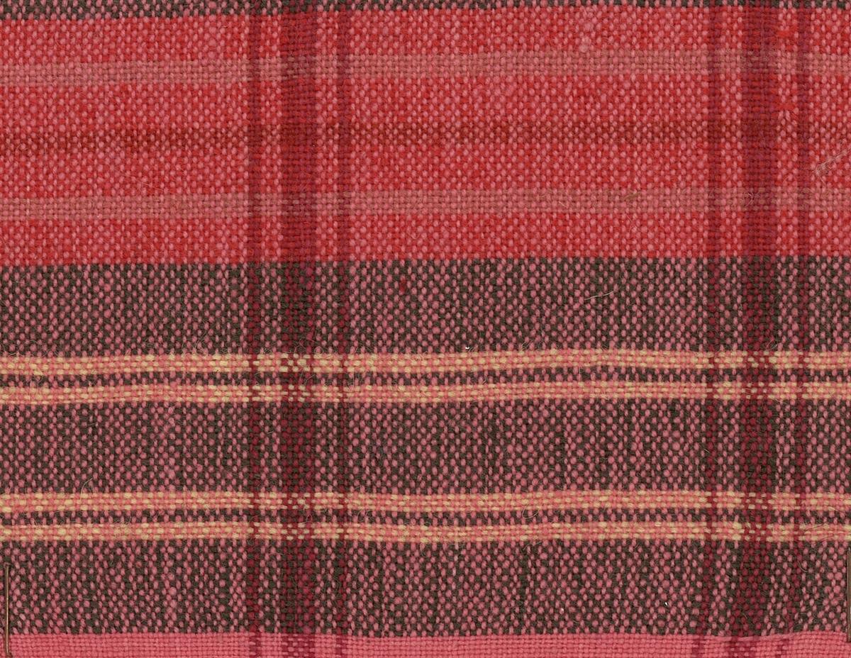 Handvävt rutigt Tyg till Torups hembygdsdräkt vävt i tuskaft med röd rosa brunt och grönt entrådigt ullgarn med oblekt bomullsgarn i varpen.