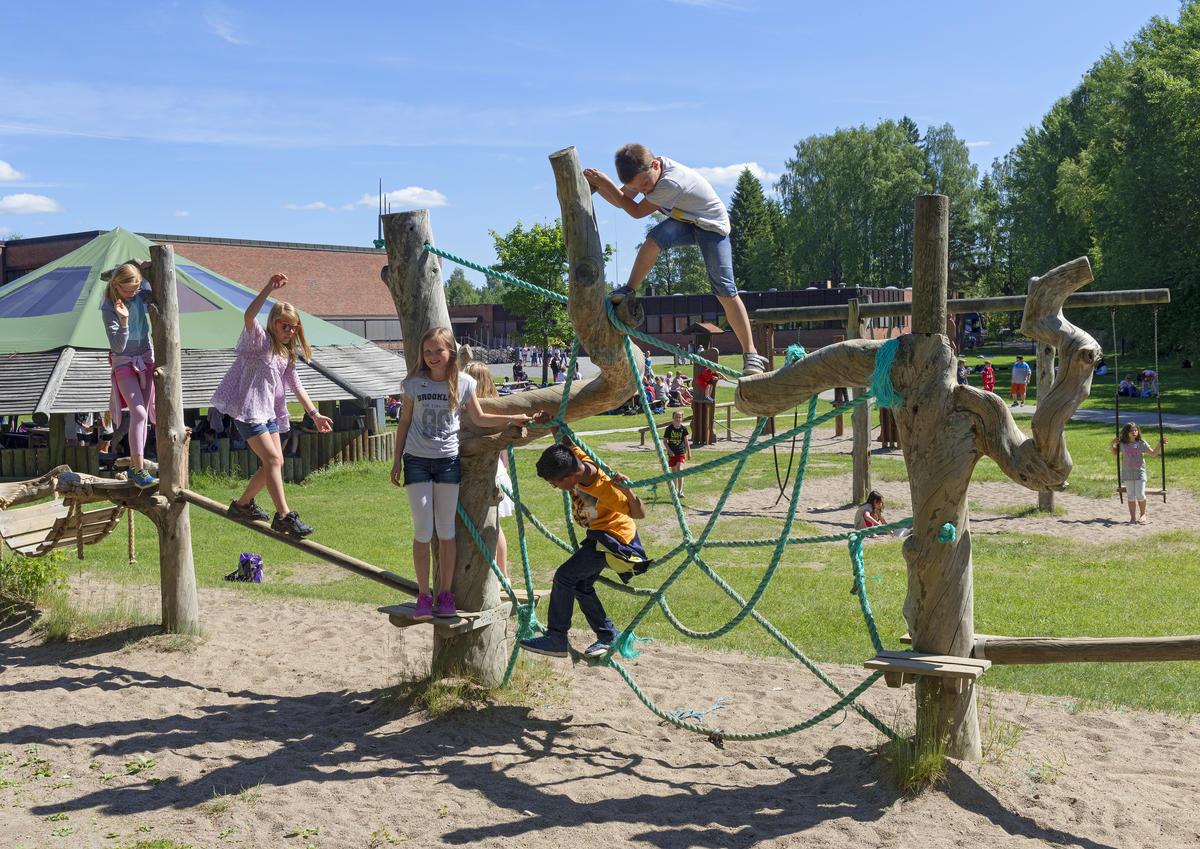 Barn leker i klatrestativet under Skog og vann 2014