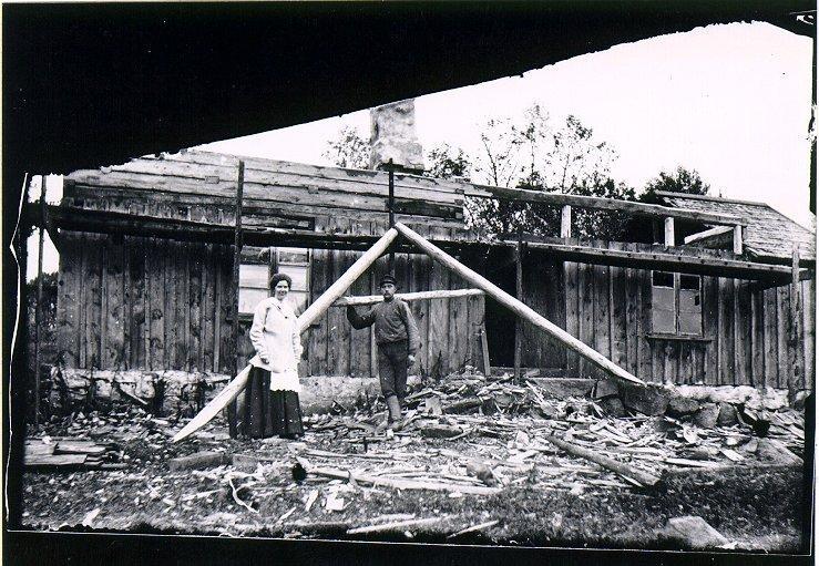 Mannen är byggmästare Erik Sandahl, Källedal, Yllestad. Byggplatsen okänd.