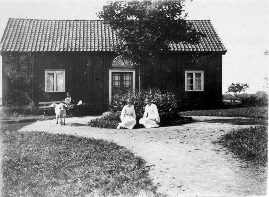 Wahlstedts i Hulegården. Vid väggen sonhustrun Marta från Norge med sin son Ivan i barnvagnen. Sittande Ruth och Signe Wahlstedt.