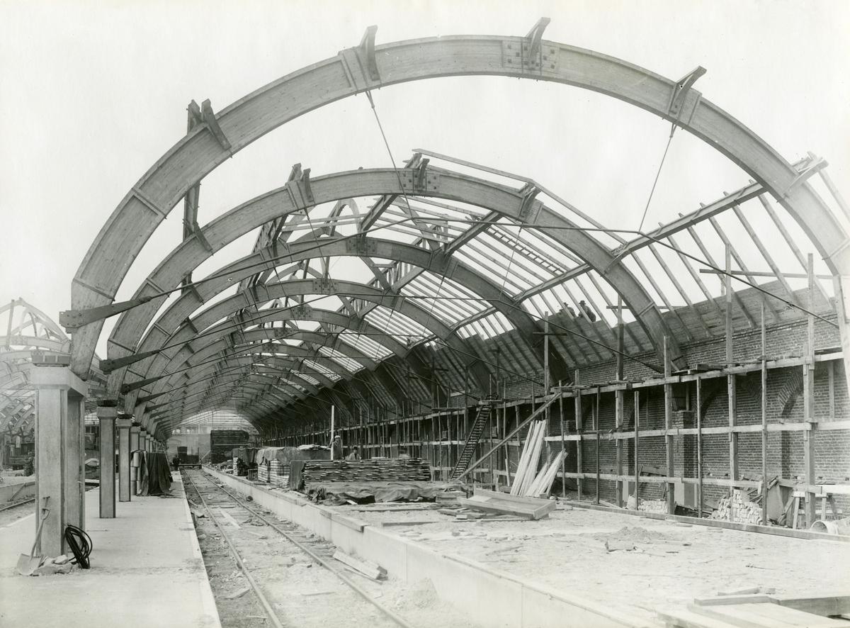 Byggandet av banhaller i Malmö. Tillverkad av AB Fribärande Träkonstruktioner i Töreboda.