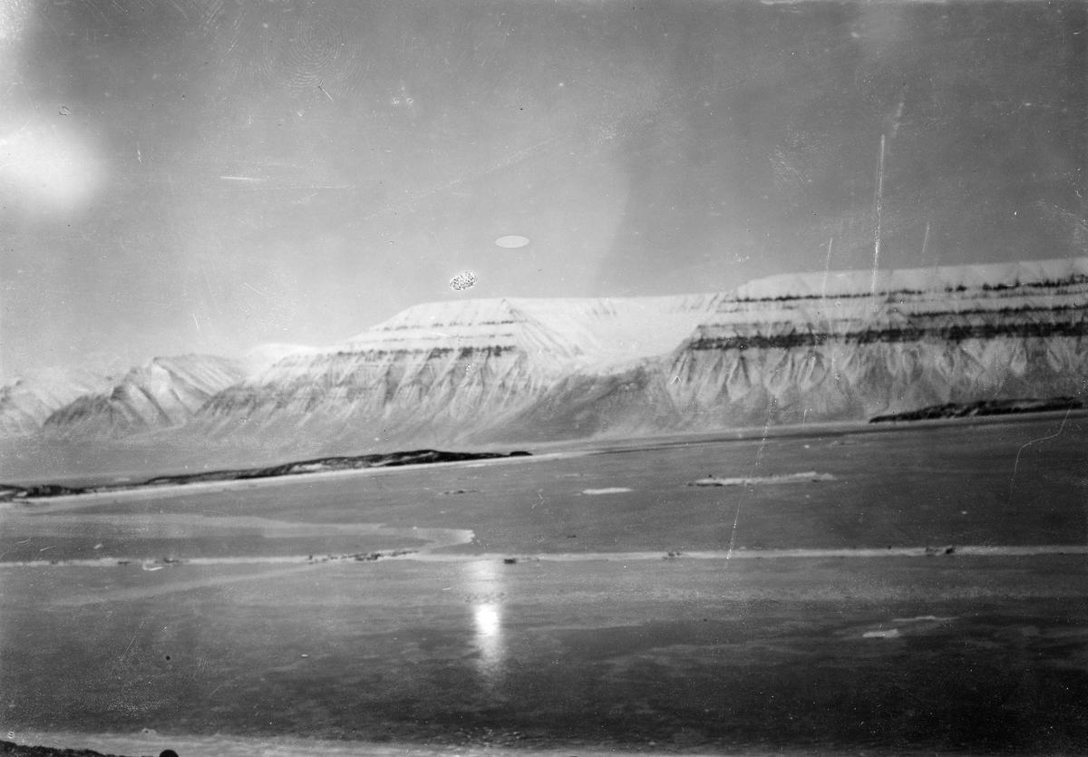 Sveagruva. Utsikt över Thorells berg.