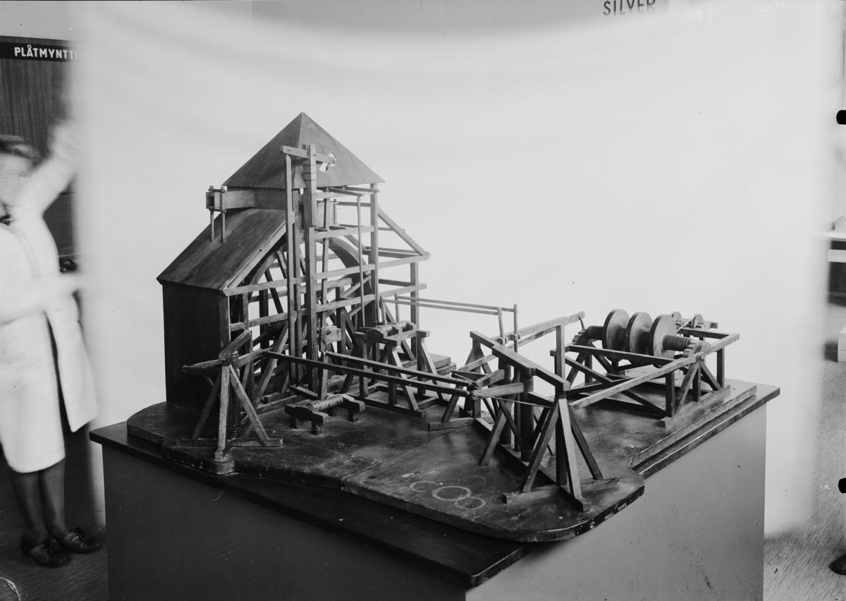 """Skalmodell, i obekant skala, av gruvspel, vattenhjul, stånggång och ... I Jonas Norbergs förteckning från 1779 beskrivs modellen på följande sätt: """"Modell på Upfordringsvärk, inrättat vid Fahlu grufva och Konung CARL XII:s Schacht."""""""
