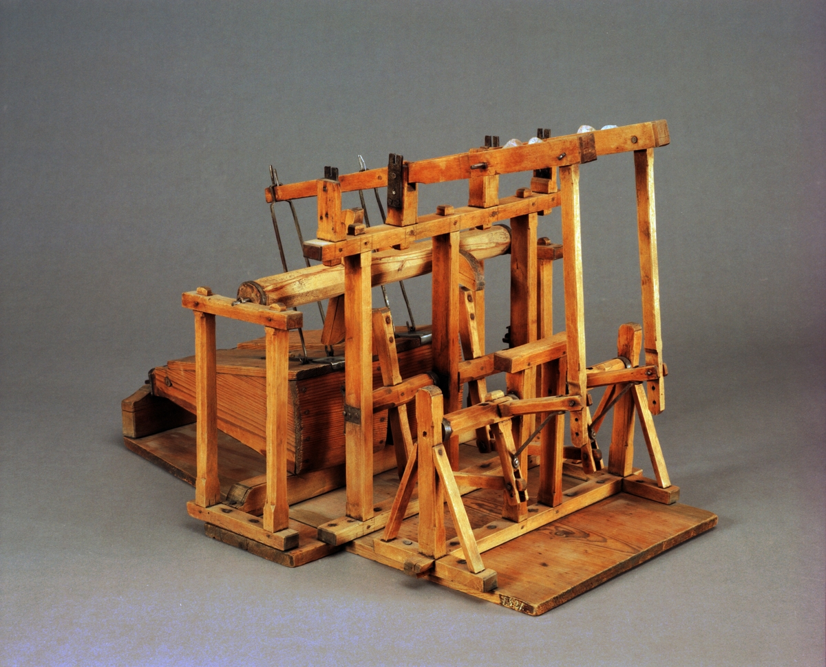 """Modell av bälganordning. 1700-tal. Text på föremålet: """"N:o 55. Modell på Balancering till de vanlige stora Trädbäljor, af Hr Inspect. Neuman""""."""