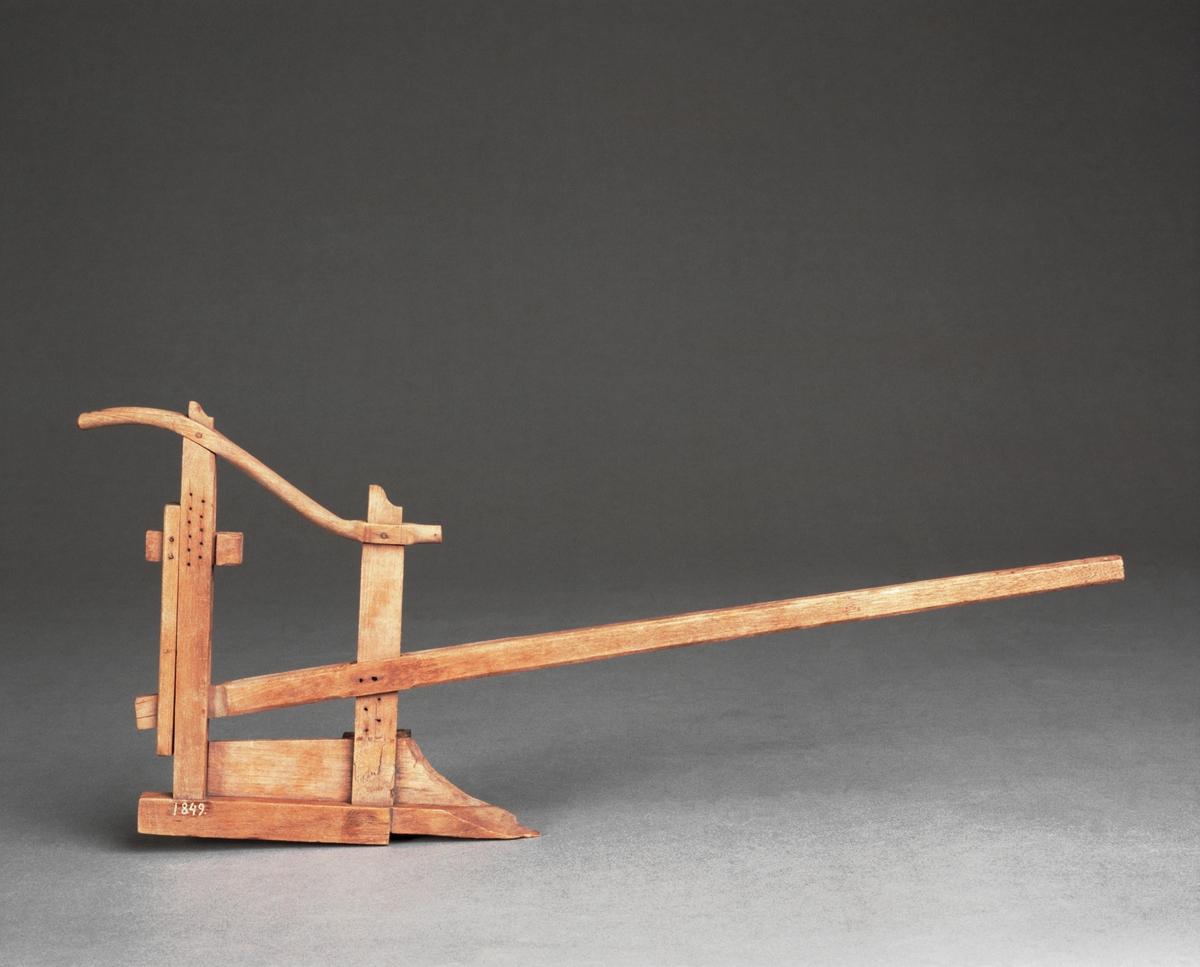 """Modell av plog, Gripenstedts plog. Text på föremålet: """"XIV.3"""". Vändskiva och bill saknas."""