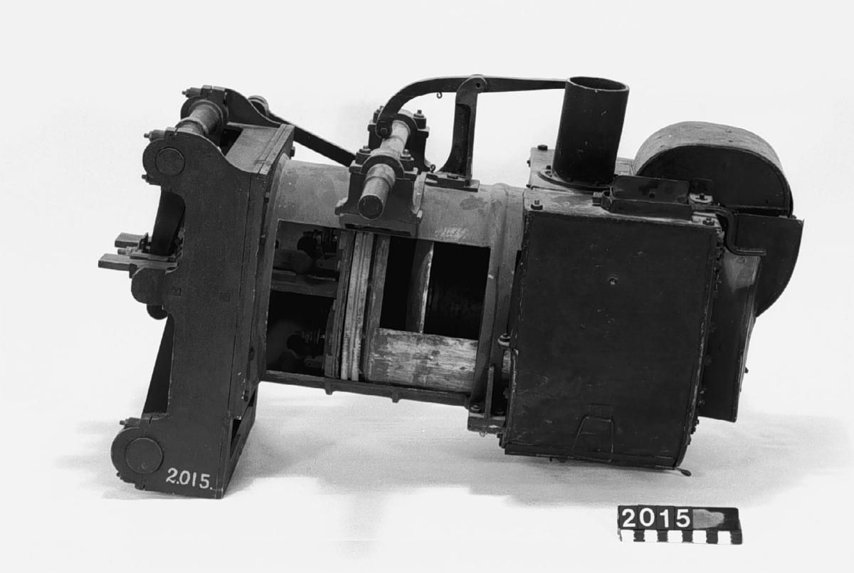 Modell av varmluftsmaskin av John Ericssons konstruktion (genomskuren). Text på etikett på föremålet: B III 2.