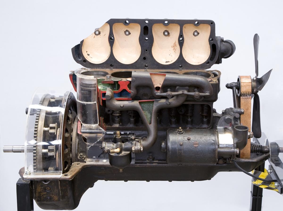 """Radmotor i """"monobloc""""-konstruktion med högt liggande kamaxel, sidventiler och avtagbart topplock. Gjutjärnskolvar. Stänksmörjning från oljetråget. Startmotor till svänghjulet, med Bendixdrev. Generatorn drivs med kugghjul från motorn. Fyrcylindrig fyrtaktsmotor, cylindervolym 2,89 liter Effekt 20 hk vid 1 800 varv/min Planetväxellåda för hel- och halvfart samt back (ej med på denna motor). Slaglängd: 101.6 mm. Cylinderdiameter: 95.25 mm. Ventilspel (kall motor): 0.4-0.8 mm. Kompressionsförhållande: 4.1 Vax varvantal: 1600 varv/min. Bränsleförbrukning ca. 1.5 liter/mil. Varvantal vid 48 km/tim 1220 varv/min. Sugförgasare.  Tändsystemet är mekaniskt genom magneter på svänghjulet och fyra induktionsspolar."""