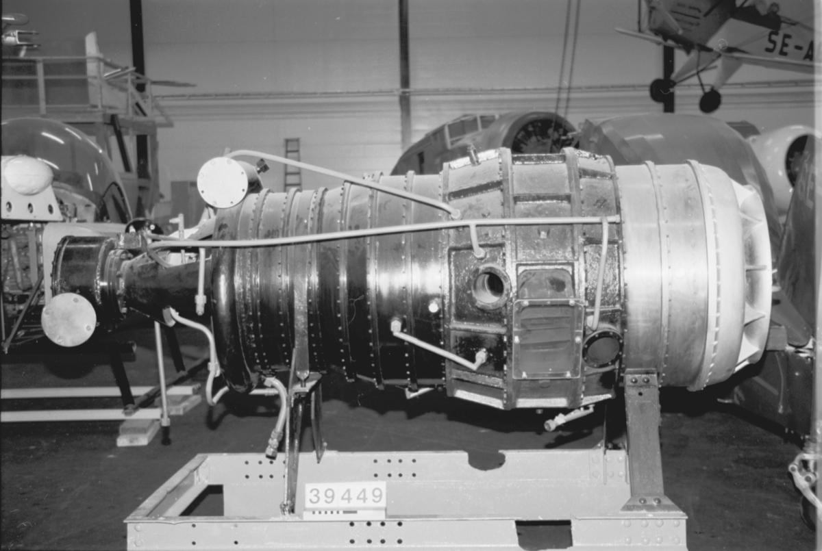 Reamotor till flygplan, bestående av en dubbelroterande Ljungström-turbin vilken driver en 11 stegs radialkompressor. Vänstra sidan driver kompressorns trestegs lågtrycksdel och lämnar effekt till propellern, högra sidan driver högtycksdelens åtta steg men avger ej arbete till propellern. Kompressorluften leds genom rör till en brännkammare där bränsle insprutas och förbränns, varefter förbränningsgaserna leds till turbinen. Gasturbinaggregat med flerstegsradialturbiner. Beräknad effekt om 800 hk vid 7 at och gastemperatur på 750 grader. Aggregatets vikt: 300 kg. Effekt 8600 v/m och 750 km/ h till 515 hk.