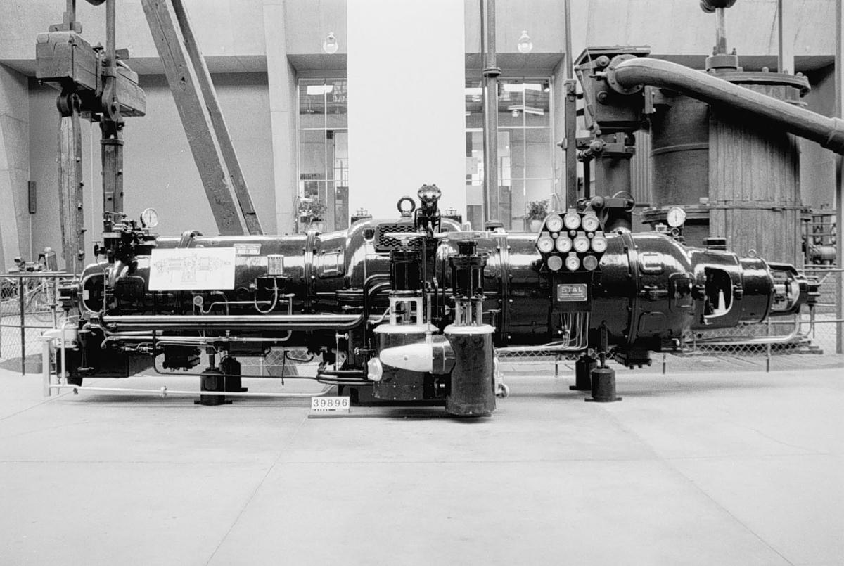 STAL mottrycks ångturbin av stål. I mitten ett s.k dubbelroterande skovelsystem vilket driver två elgeneratorer. Turbinen är utrustad med ett flerskivigt skovelsystem som ger vissa termodynamiska fördelar.   Effekt 1500 kw. Trefas generator typ G 38/75, No 1704108-109, KVA 1875, 4200 volt, 3000 varv, kontinuerlig drift, amp 258, cos(Ø) 0,8, Y-koppl. 50 per, magn.volt 110, magn.amp. 170.