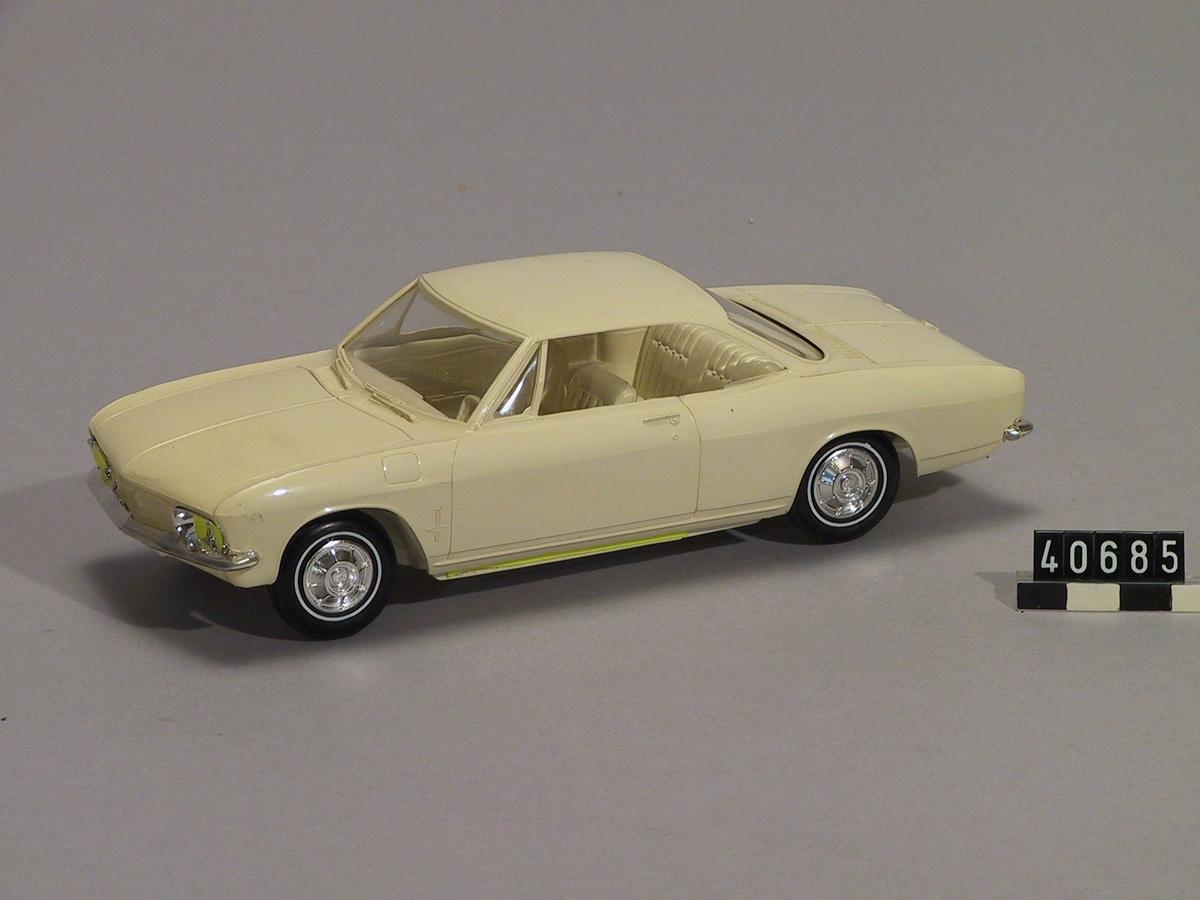 Bil, plastmodell. Vit Chevrolet corvair av årsmodell 1967.