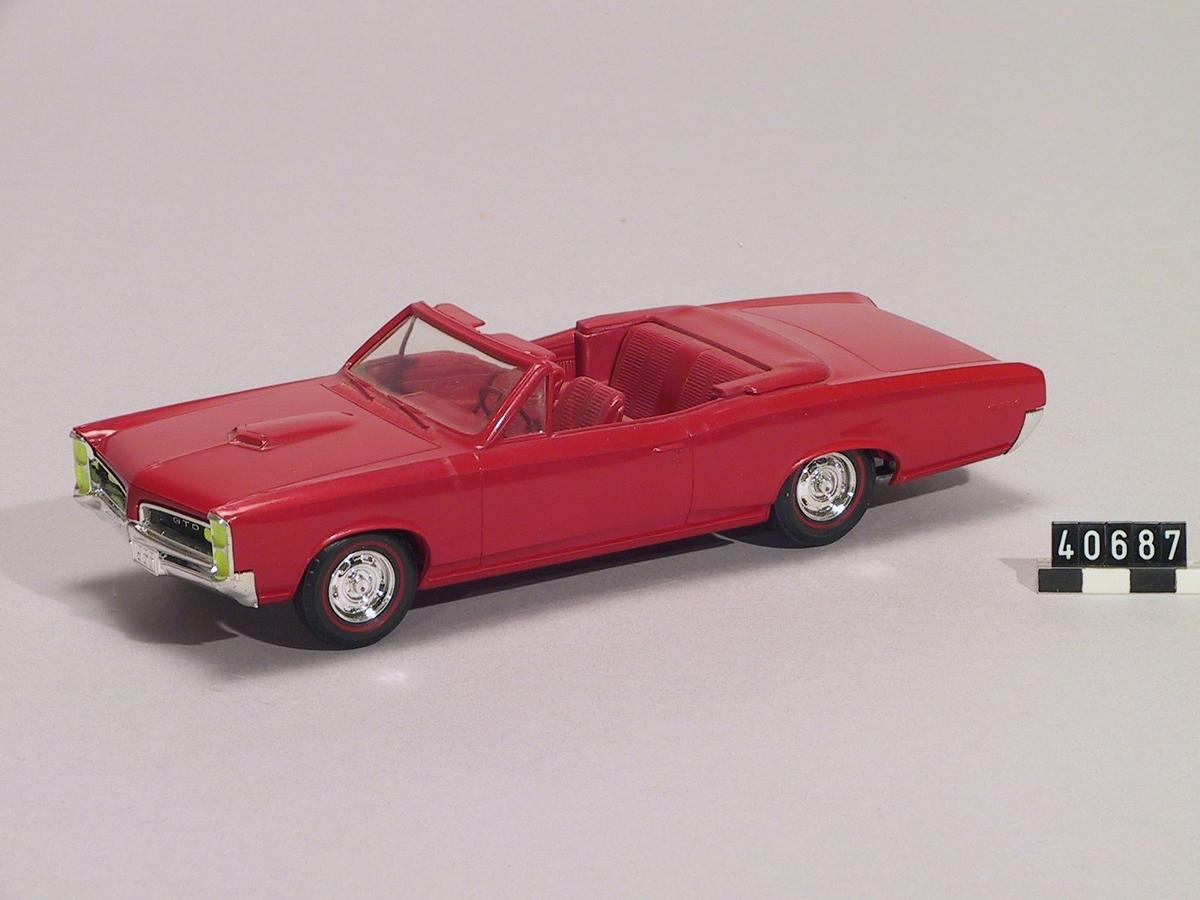 Bil, plastmodell. Röd Pontiac GTO cabriolet av årsmodell 1966.