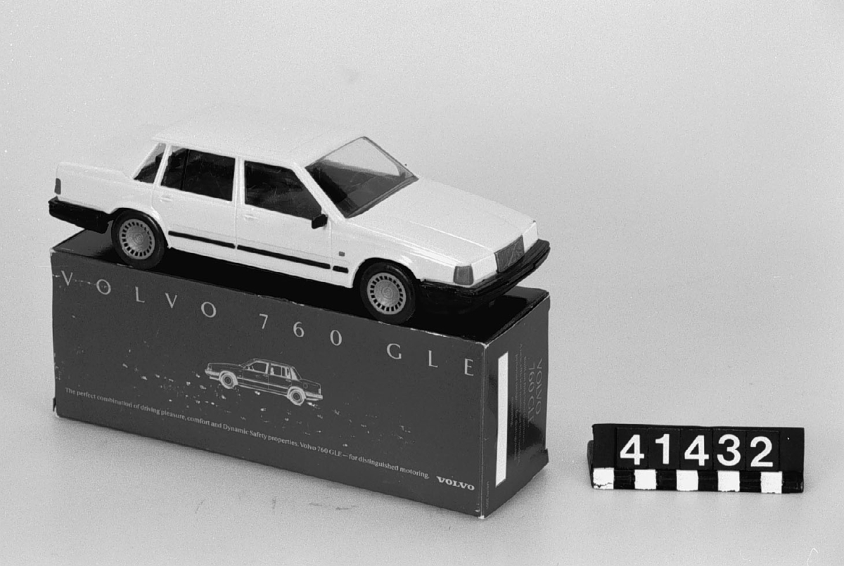 """Bilmodell i skala 1:20 av plast, i originalkartong med engelsk text. Kartongen är även märkt med nummerkombination: """"MS/PV 300 1 och CS280543"""". Tillbehör: Orginalkartong."""
