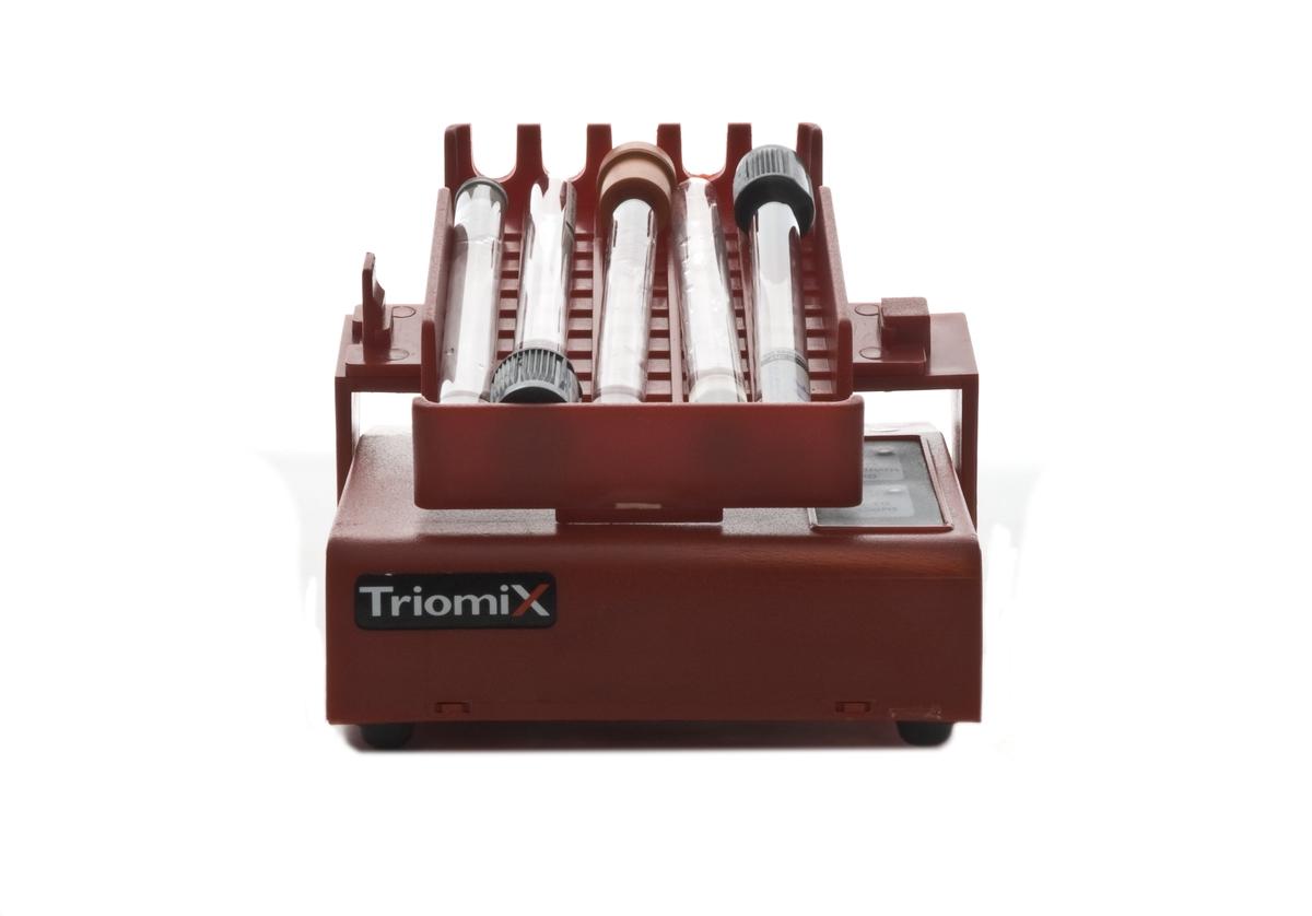 Blodvagga. Plasthöljet täcker en motor som drivs av fyra stycken 1,5 V batterier. På plasthöljet finns en hållare för blodrör. Blodvaggan blandar blodrör i 3 olika hastigheter, antingen i cykler om tio vaggningar eller kontinuerligt, vilket betyder att den kan användas till alla slags venprovtagningsrör.