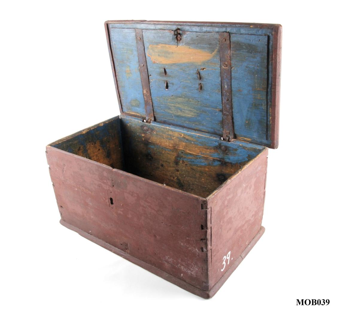 Rektangulært kiste med flatt lokk og beslag.