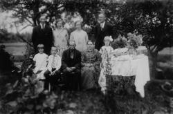 Släktgrupp nio personer.Familjen Gustafsson i Lövsätter.Ba