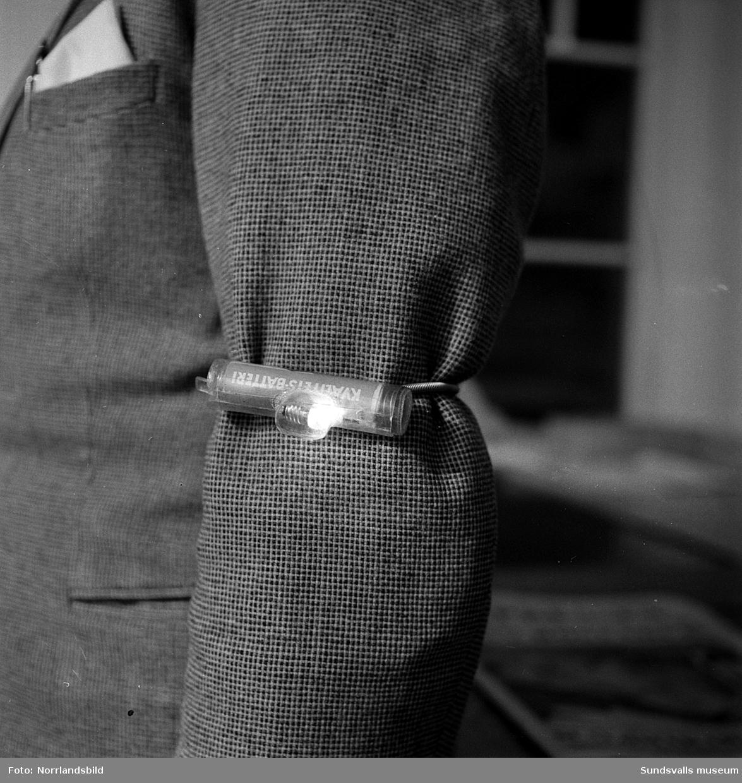 En liten lampa att spänna fast på ärmen var en modern uppfinning som alternativ till reflexbricka för gångtrafikanter 1956.