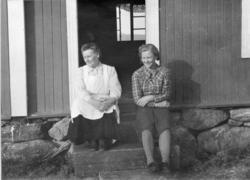 Frå venstre: Sebjørg Thorset, fødd Løken 1888, og Birgit Jor