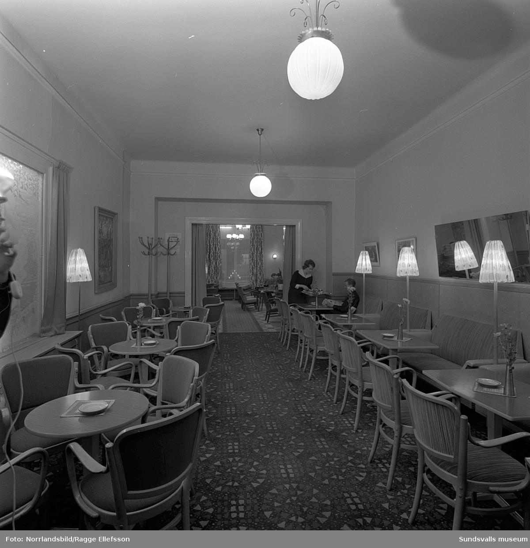 Interiör och inredning från kafé Cecil på Köpmangatan. Alnö Snickerifabrik.