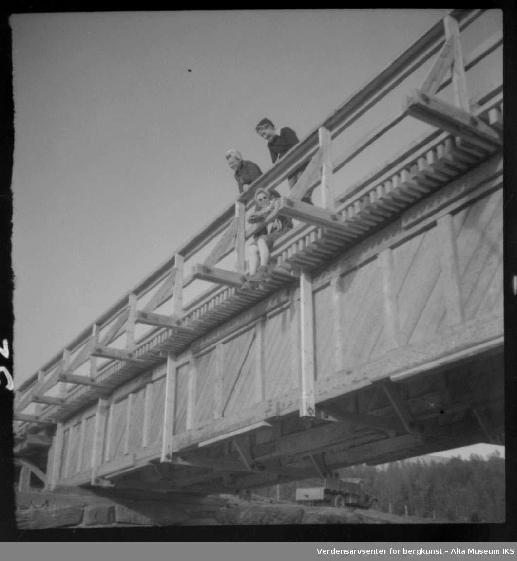 Bru, bro, lastebil, 3 kvinner står og sitter på brua,