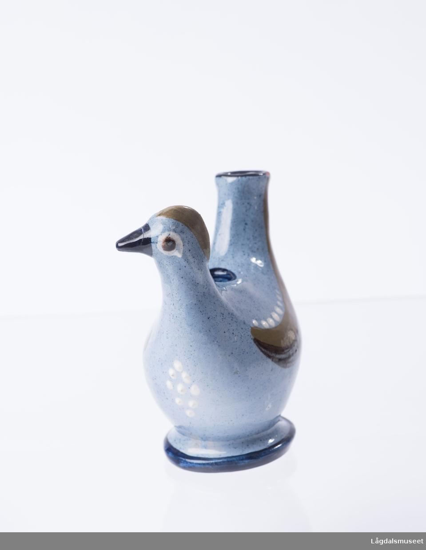 Dekorende ornamenter som skaper et fullstedig uttrykk av dyrets (hønen) utforming.