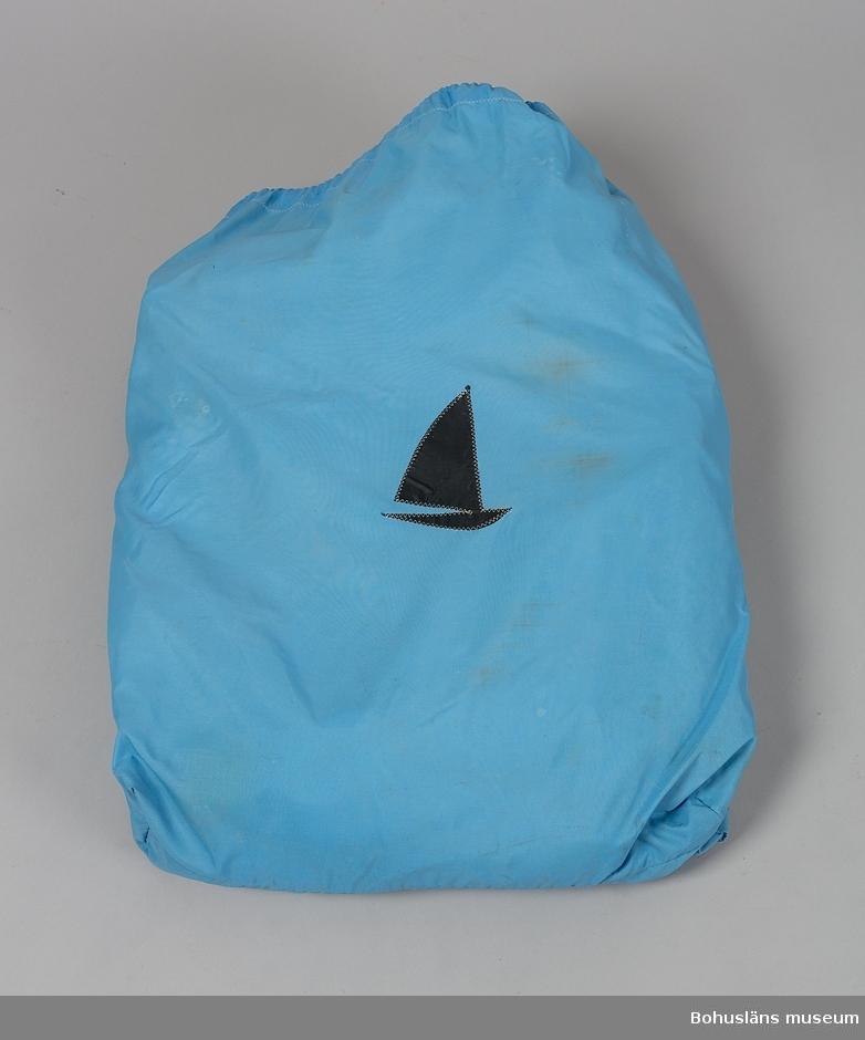 Vindö 22 nr 10 ANNOVA levererades sommaren 1968.  ANNOVA är en fin representant för övergången från trä till plast inom båtbyggeriet. Skrovet är tillverkat i glasfiber, men däcket är av teak, och överbyggnad och inredning av mahogny.  Trävirket och hantverket är av högsta kvalitet. Skrovlängden är 7,10 m och bredden 2,15.  Masten är av aluminium. ANNOVA är fortfarande i originalskick.  Hon har hela tiden haft en och samma ägare,  professor Carl-Gustav Engström med familj.  Vindövarvet, ett av Orustområdets legendariska båtvarv, startades 1926 av Carl Andersson.  Han var både en skicklig hantverkare och konstruktör.  Varvet byggde olika bruksbåtar, men med tiden satsades allt mer på kappseglingsbåtar. Under 1950-talet var Folkbåtar den stora produkten. Just Folkbåten hade blivit en omtyckt familjebåt.  Men många ville ha en något större båt som passade bättre för havssegling. Det ledde till att Carl 1961 konstruerade en båt kallad Vindö 28. Den blev en milstolpe i varvets historia och var den första i raden av olika Vindöbåtar som gjorde varvet välkänt i både Sverige och utomlands.  Erfarenheter av plast fick Vindövarvet från 1960, och det nya etablerades på allvar när man 1965 började producera Vegan. Den var konstruerad av Per Brohäll, och blev oerhört populär. Plastskroven gjordes inte på Vindövarvet, utan köptes in från Lysekils Båtvarv, senare från Lyse Plastprodukter. När Vindö 22:an levererades hade Carls son Karl-Erik Andersson övertagit uppgiften som varvets ledare, men Carl satt kvar vid ritbordet.
