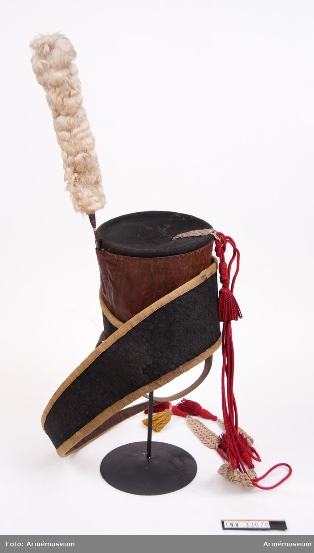 Grupp C I. Ur uniform för manskap vid Kronprinsens husarregemente 1825-45. Livplagg m/1825. Består av dolma, päls, ridbyxa, mössa, plym, tillbehör t högmössa, kartusch, rem t kartusch, handskar, skärp, koppel, handrem, taska, remmar, ridstövlar, sporrar, halsduk. Högmössa enligt go 28/6 1825.