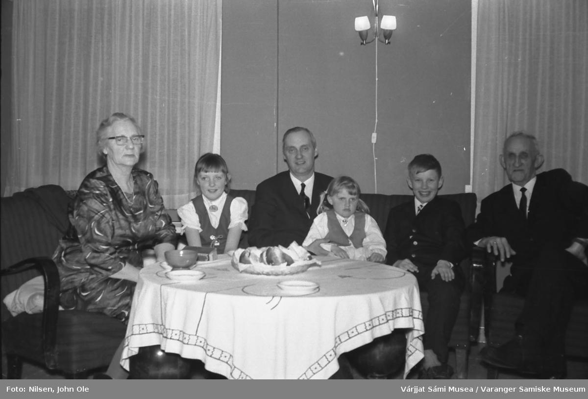 Sokneprest Erik Schytte Blix med sine tre barn og et eldre par. Bildet kan være tatt på prestegården i Nesseby. 28. mars 1967.