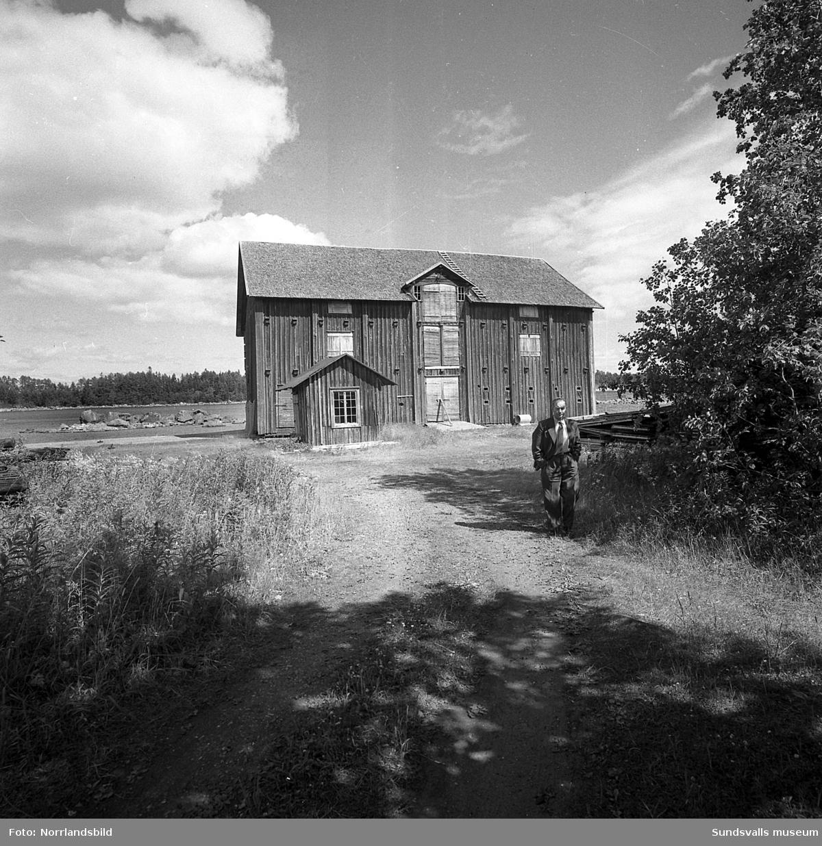 Galtströms hamn med ett gammalt magasin och den ångdrivna kranen med sin stugliknande överbyggnad.
