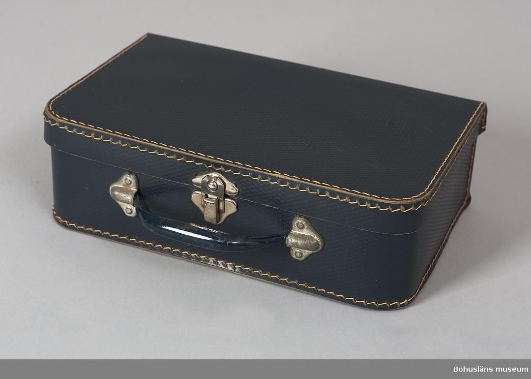 594 Landskap BOHUSLÄN  Väskan är blåfärgad, ett handtag av järn med knäppningsanordning strax under handtaget.  UMFF 43:8