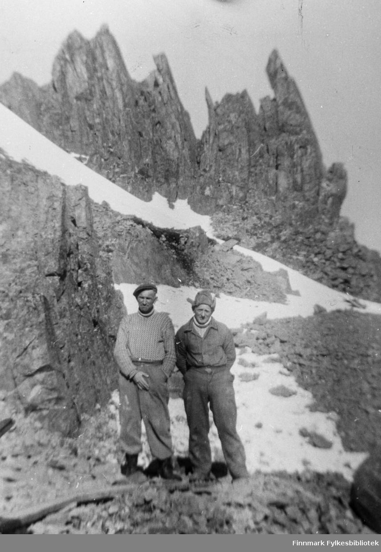 Veiarbeidere / vegarbeidere på veien til Hamningberg. Erling Jensen og Sigurd Salamonsen. Bildet er tatt ved Segelkollen.