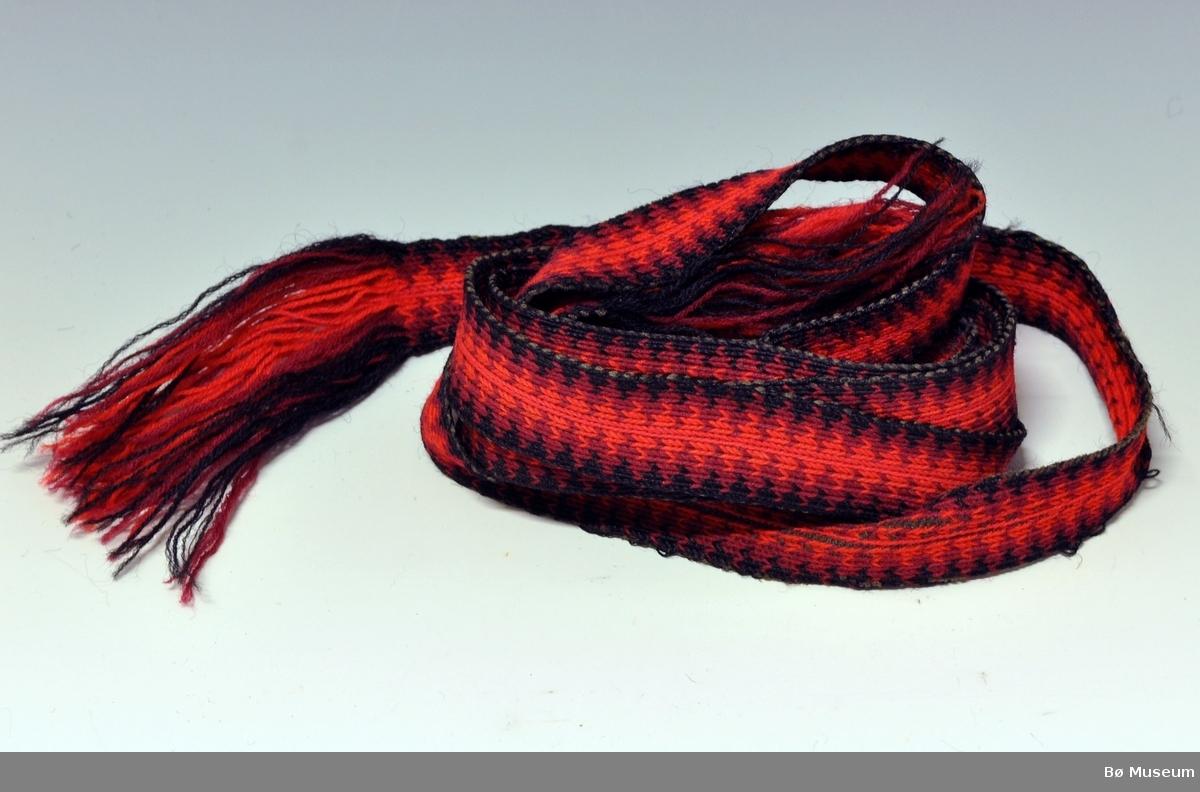 Hårbånd til bruk for å vippe håret.  Det er langt og smalt. Hårbåndet  er vevd i brikkevevteknikk hvor det er ullrenning og bomullsinnslag. Renningen danner frynser i begge endene.