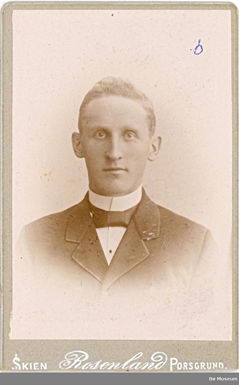 Brystbilde av yngre mann; lærar Halvor H. Sønstebø frå Bø.