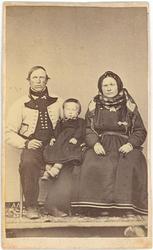 Familiegruppe i enkelt fotoatelier: Halvor K. og Astrid H. B