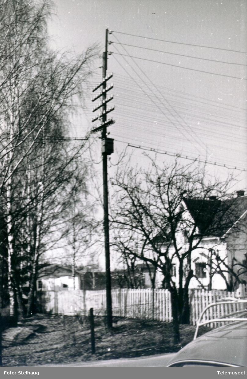 Stolpe med linjekurs, luftkabel og e-verkskurs på toppen samt fordelerkasse. Ottestad ca 1960