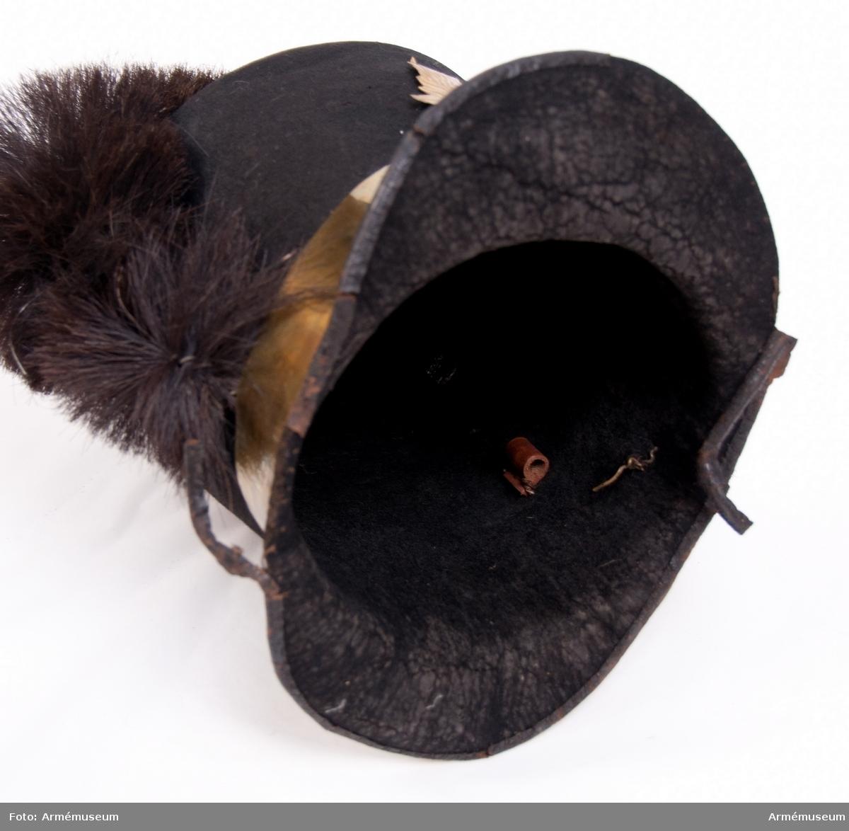 Grupp C I. Hatt av filt. Ur uniform fastställd 1814, för manskap vid Första och Andra Livgrenadjärreg:a 1816-31. Består av jacka, epåletter, byxor, huvudbonad, tagelliggare, plym, skor, damasker, skärp, patronkök, bandolärrem, axel- gehäng t huggare.